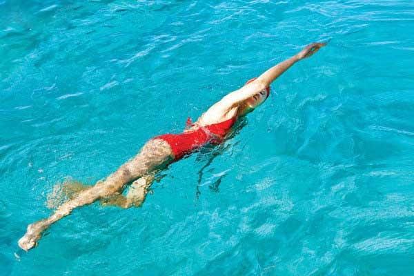 Bơi lội không những giúp cải thiện chiều cao mà còn giúp bạn xả stress hữu hiệu